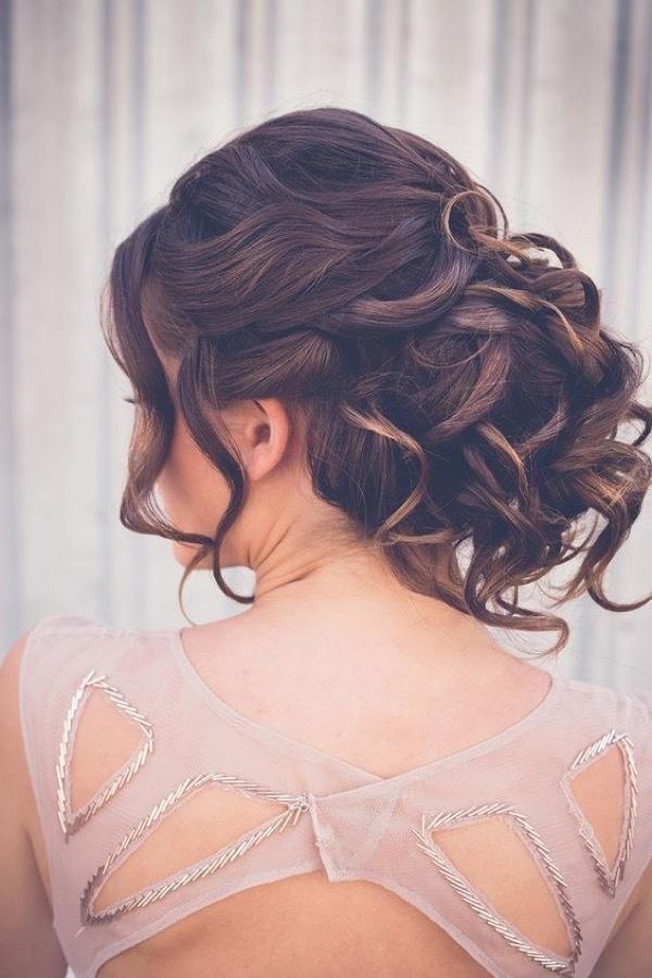 Прически на средние волосы на выпускной