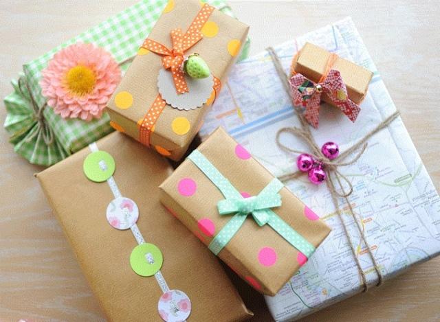 Что подарить на 8 марта девочкам и учителям: самые популярные подарки